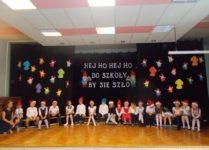 uczniowie klas 3 podczas występu