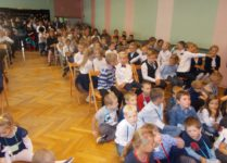 nowi uczniowie oglądający przedstawienie
