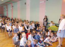 nowi uczniowie w auli szkolnej