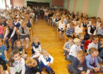 Pierwszoklasiści i zerówkowicze w auli szkoły