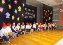 uczniowie klasy 3 podczas przedstawienia