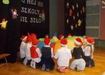 uczniowie klasy 3 w czasie przedstawienia