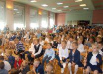 nowi uczniowie w auli