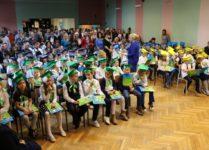 Uczniowie i rodzice zebrani w auli szkoły
