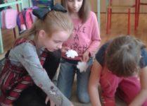dzieci robiące plakat
