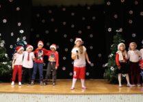 Grupa przebranych dzieci na scenie