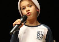Chłopiec śpiewający kolędę