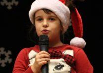 Dziewczynka śpiewająca kolędę