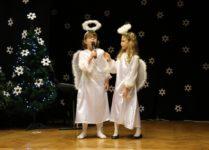 Śpiewające dziewczynki w strojach aniołów