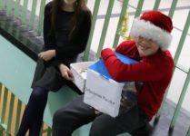 dzieci zbierające datki na rzecz Szlachetnej Paczki