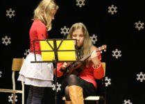 dziewczynka grająca na ukulele