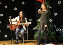 DZiewczynka śpiewająca przy akompaniamencie gitary