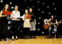 Grupa śpiewających nauczycieli