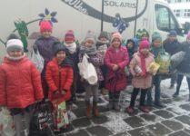 Dzieci trzymające zebrane dary dla schroniska