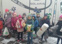 Dzieci trzymające dary dla bezdomnych zwierząt