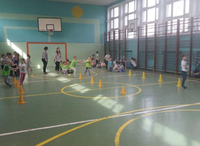 Dzieci biorące udział w sportowych zmaganiach