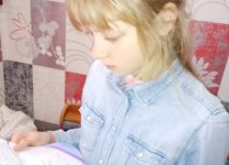 DZiewczynka z Ukraina czytająca list