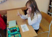 Dziewczynka czytająca list