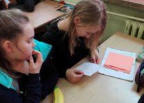 Dziewczynki czytające listy