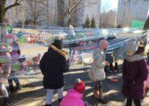 dzieci malują wiosenne prace
