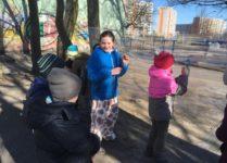 dzieci malują obrazki na powitanie wiosny