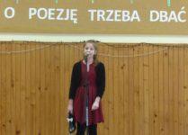 Dziewczynka podczas występu konkursowego