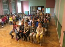 Uczniowie w auli szkolnej podczas Dnia Angielskiego