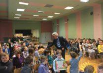 Pan Wojciech Widłak rozmawiający z dziećmi