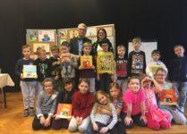 Dzieci z Panem Wojciech Widłakiem oraz książkami jego autorstwa