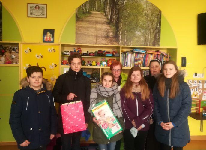 Uczniowie przekazujący dary potrzebującym