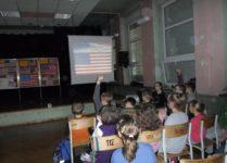 Dzieci oglądają prezentację multimedialną o Stanach Zjednoczonych