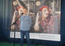 chłopiec podczas występu