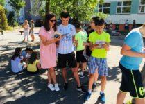 nauczyciele i uczniowie czytający książki