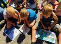 uczniowie czuyający książki