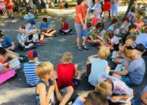 Uczniowie czytający w kręgu