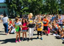 Uczniowie i nauczycielka czytający książki