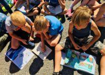 uczniowie czytający książki