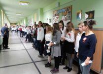 uczniowie świewają hymn