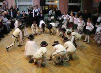 dzieci tańczące zbójnickiego