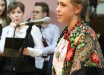 uczennica podczas recytacji wiersza