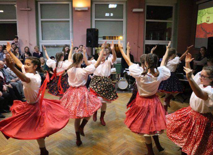 tańczące dzieci