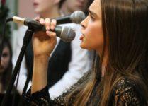 uczennica śpiewająca piesenkę