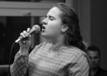 dziewczynka śpiewająca piosenkę