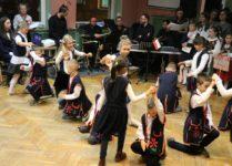 dzieci tańczące taniec ludowy