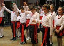 chłopcy tańczący taniec ludowy