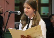 dziewczynka śiewająca piosenkę