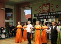 dzieci tańczące poloneza