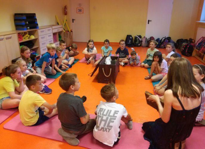 grupa dzieci podczas zajęć