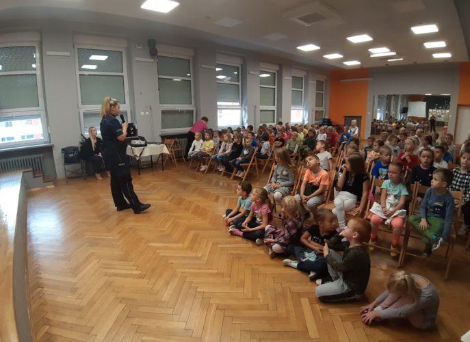 dzieci podcza rozmowy o bezpieczeństwie w auli szkoły