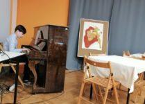 Chłopiec grający na pianinie